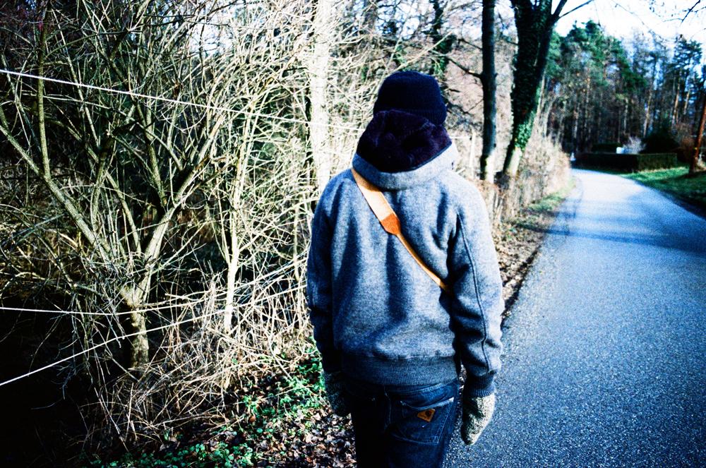 Der Junge spaziert vor mir