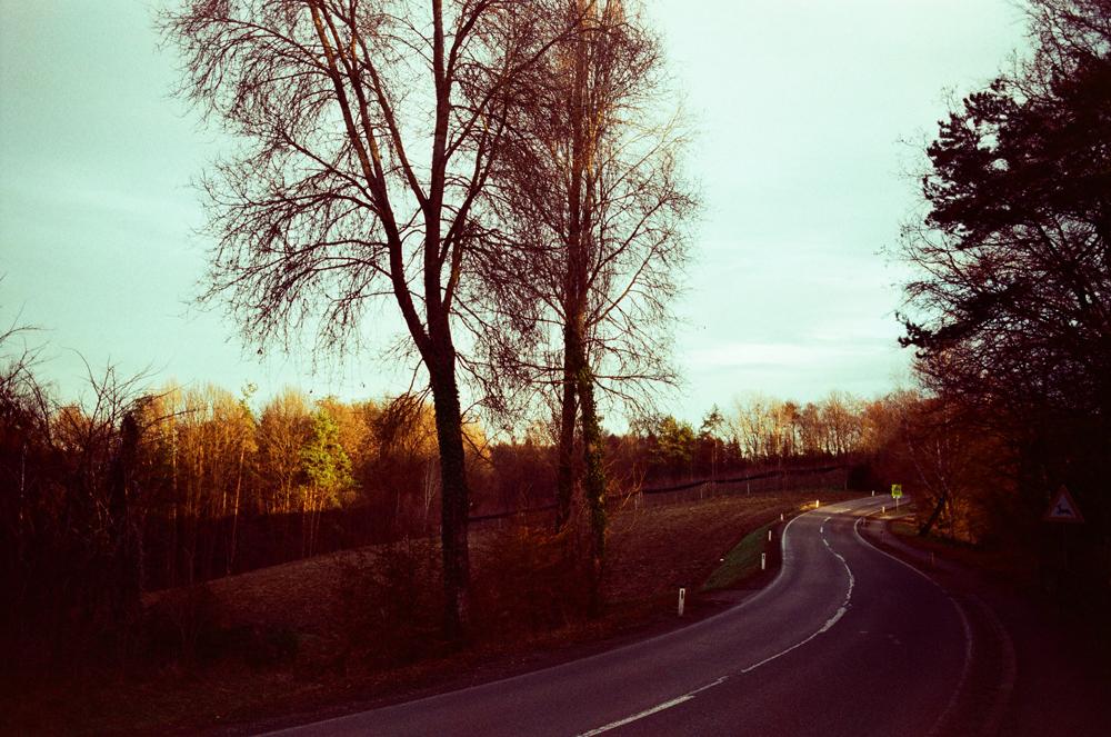 Die Straße Richtung Lassnitzhöhe leuchtet im Abendlicht