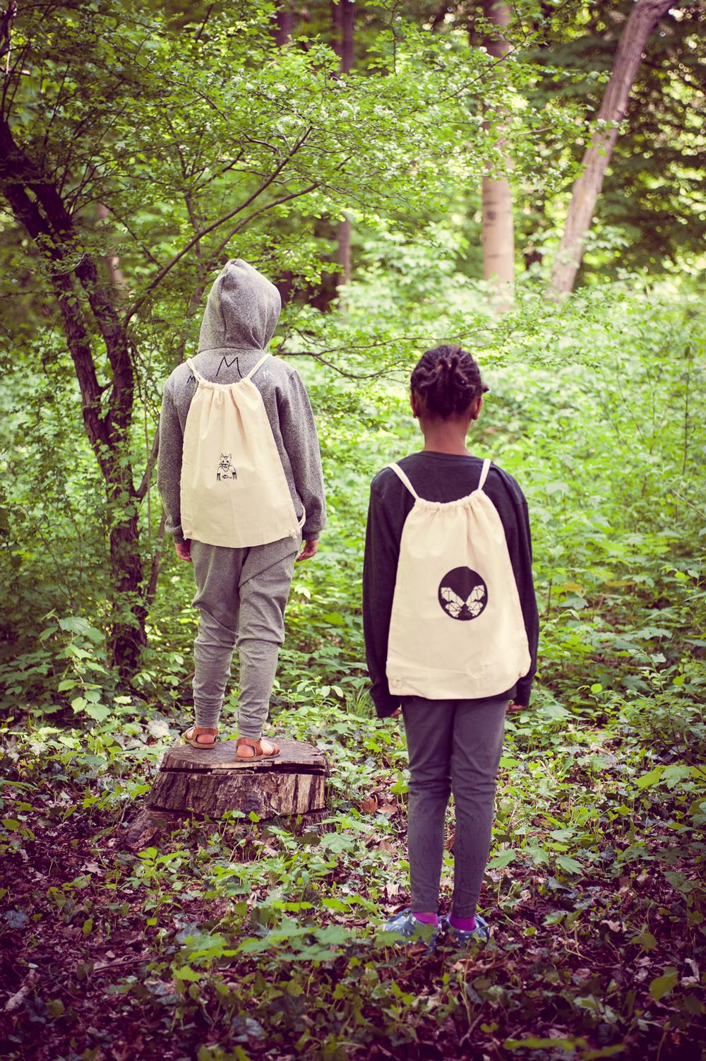 Mädchen und Beutel im Märchenwald