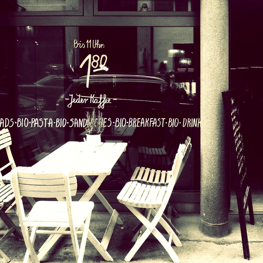 Typografisches Schriftband und Kaffeeangebot…und Gastgarten, mmmmh Sommer!