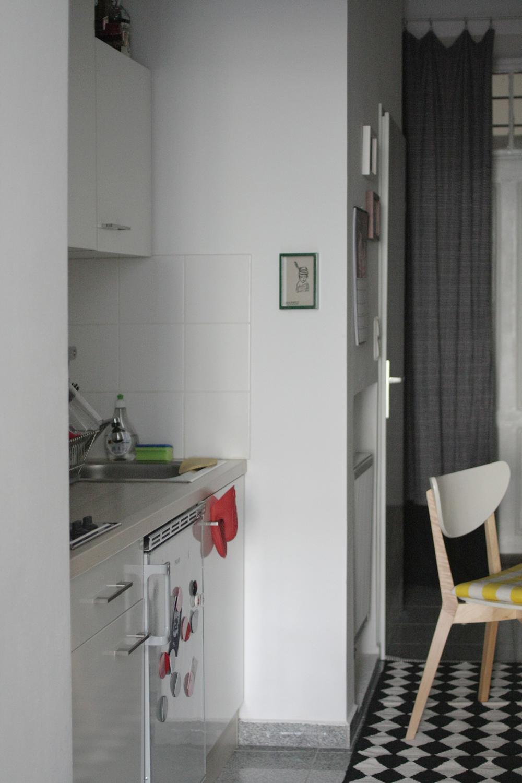 Küche, Essplatz, Flur & Blick zur Tür.