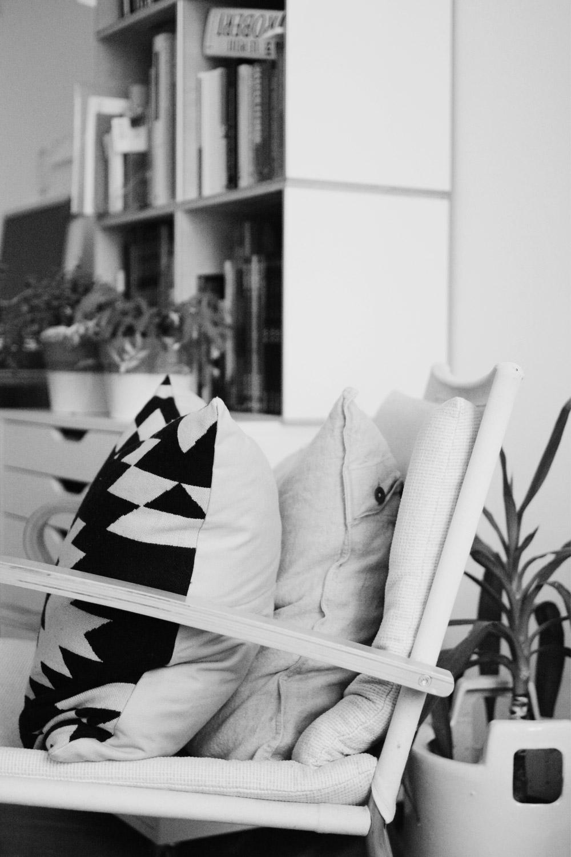 Leseecke. Sessel und kuschlige Kissen.