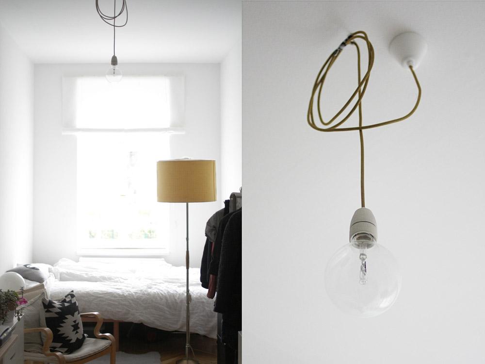 Goldenes Lampenkabel mit riesiger Glühbirne.