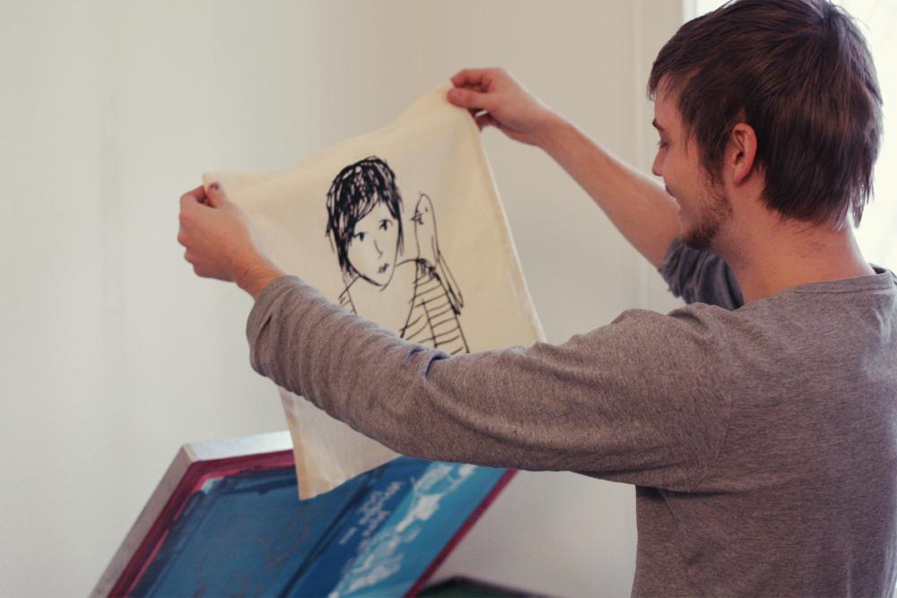 Julian zeigt eine Pirate Jenny Tasche
