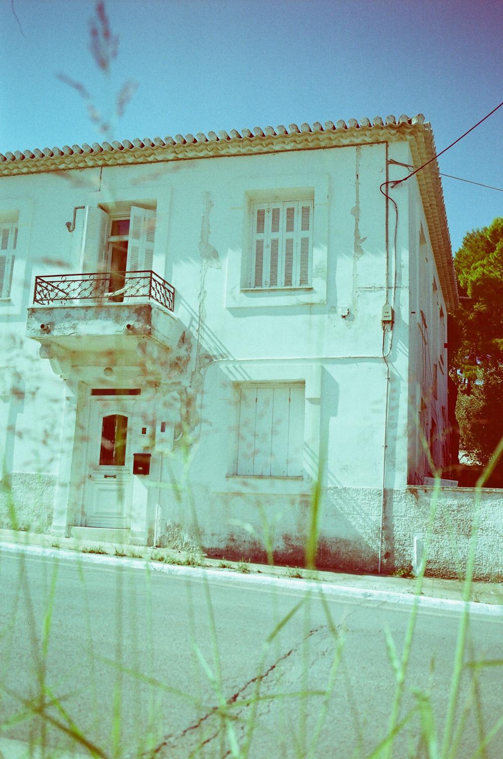 Einladend und ein bisschen unheimlich zugleich: Haus an der Straße