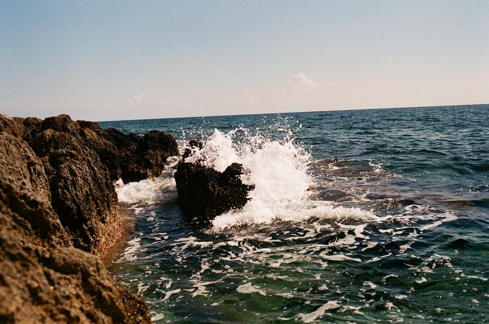 Lavafelsen und Meer in Monemvasia