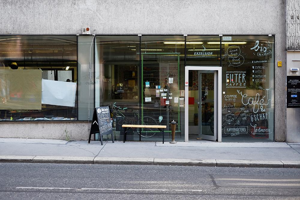 Draußenansicht und Eingang zum CoSPace und Exzelsior Café