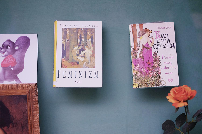 Feminismus-Buch in einem Schaufenster