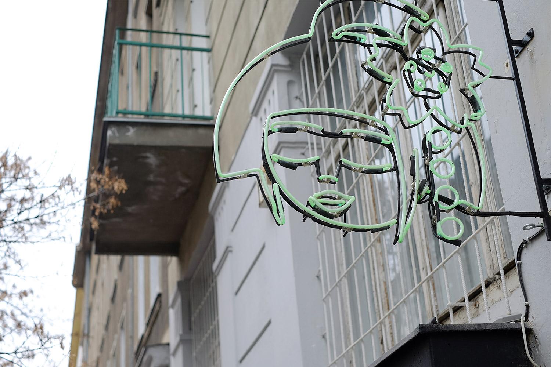 Neon ist ein Ding in Warschau. Das ist das Schild vom veganen Sushi-laden Youmiko