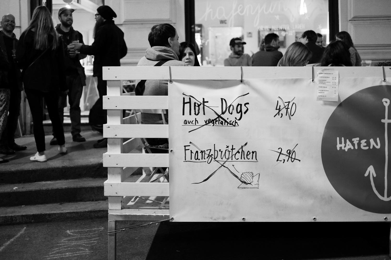 Abends: Hotdogs und Franzbrötchen sind aus.