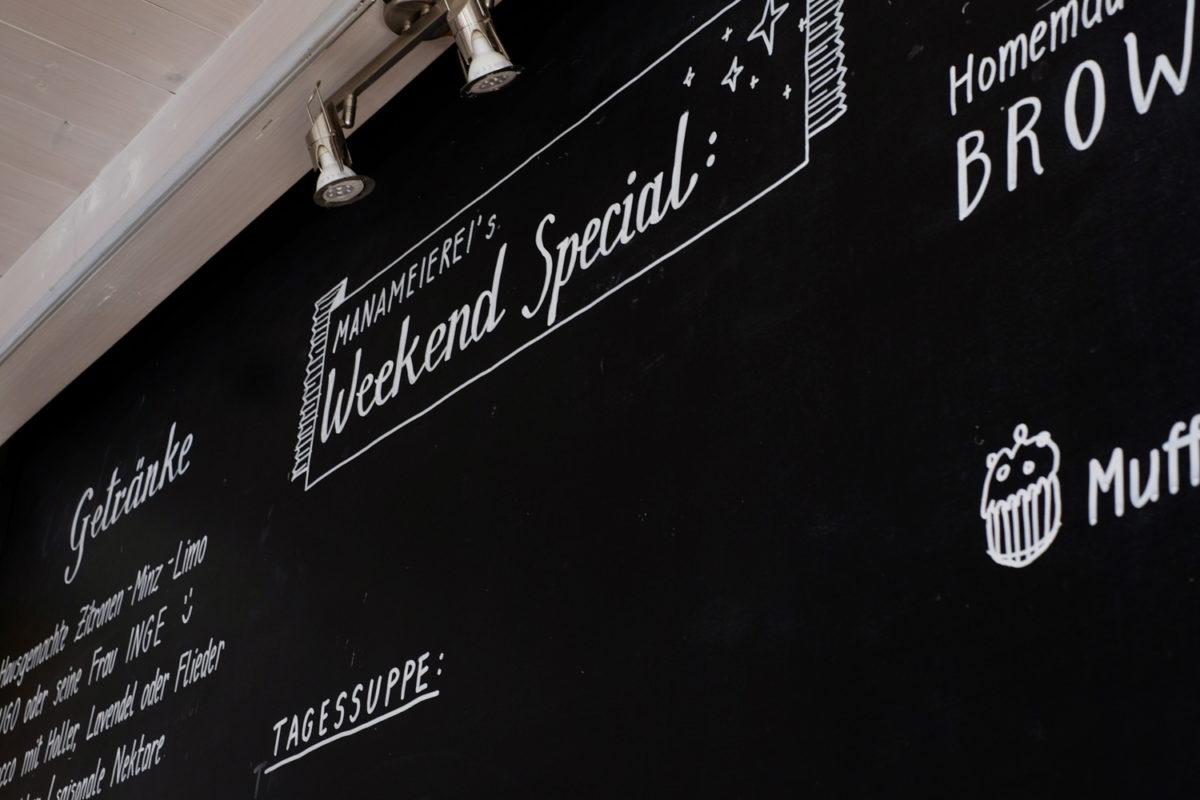 Die Tafel mit Platz für die wechselnden Wochenende-Angebote
