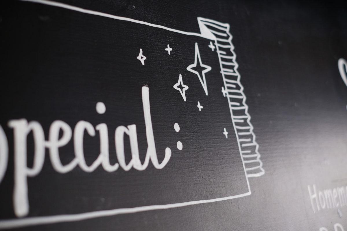 Detail des Schriftzugs Weekend Special mit Sternen