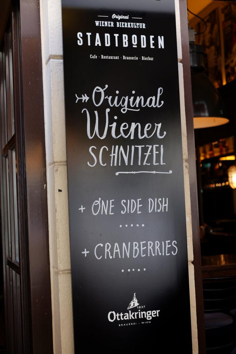 Die ganze Tafel im Stadtboden. Wiener Schnitzel für die Touristen!